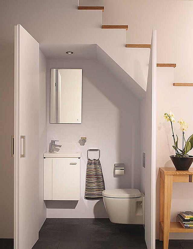 楼梯下面的空间除了满足储物和休闲娱乐外,改造成洗手间也是很不错的